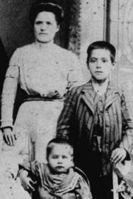 a destra il giovane mikhael divenuto poi maestro spirituale